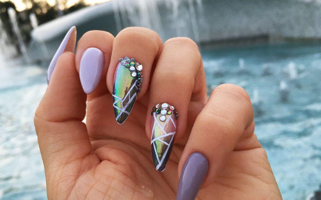 Eleganckie paznokcie z błyskiem i niespodzianką
