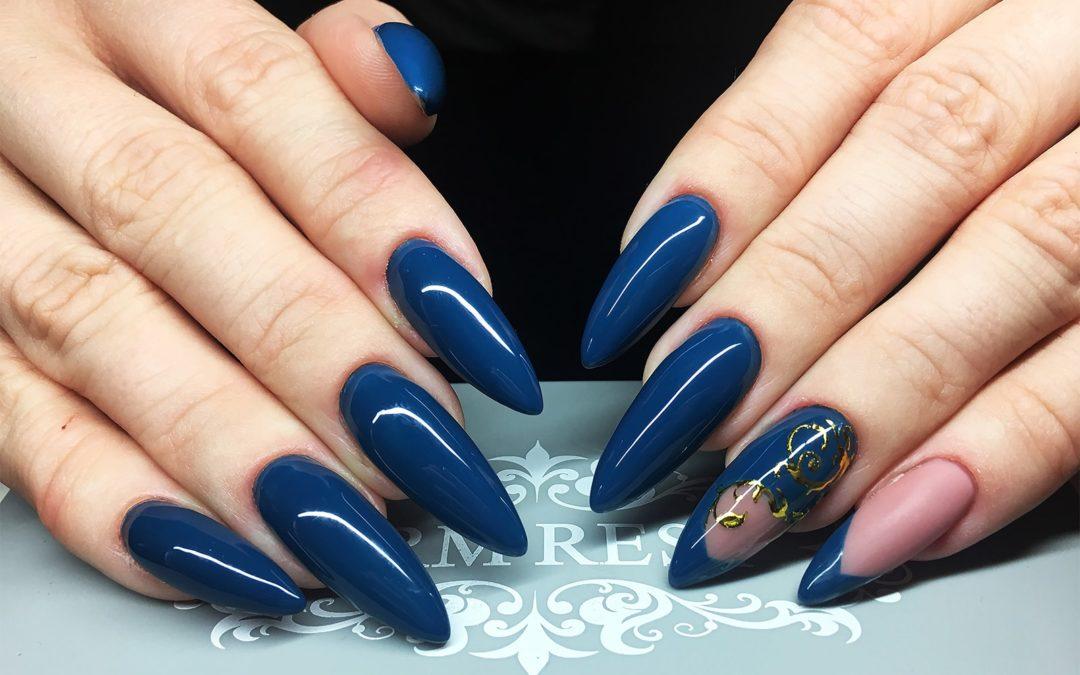 Elegancki manicure z negative space w stylu Glam Mom Indigo