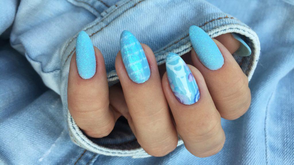 Romantyczny manicure z lakierem baby blue od NOX Nails oraz pyłki Baśniowa syrenka i Oceaniczny Podmuch