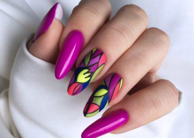 tricky-nails-witraż-kwiaty-wiosna-fiolet-zdobienie-min